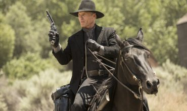 ed-harris-man-in-black-on-a-horse-chestnut-episode-2-westworld