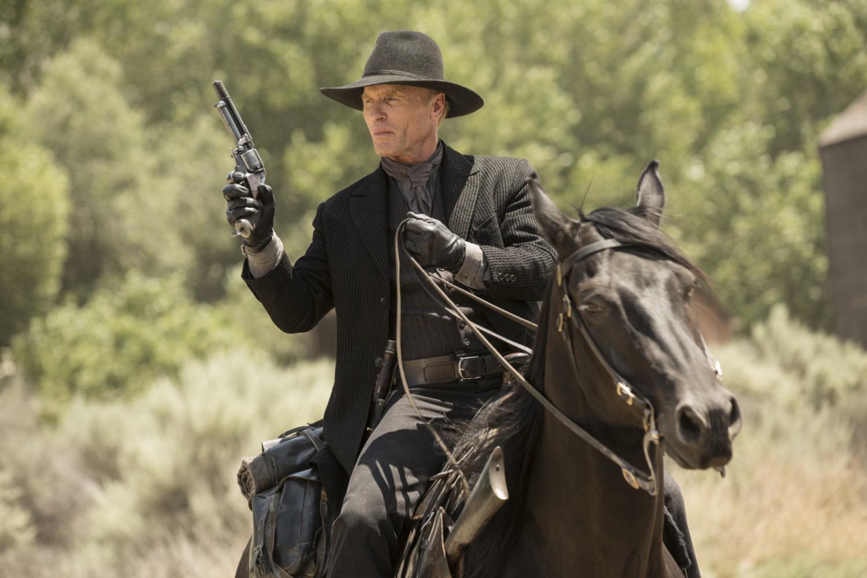 ed-harris-man-in-black-on-a-horse-chestnut-episode-2-westworld
