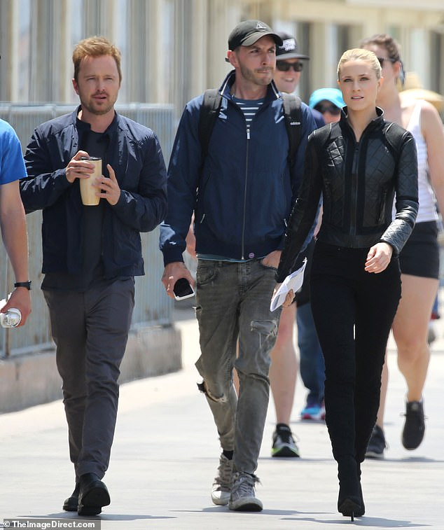 13057854-6990041-Action_shot_Evan_Rachel_Wood_walks_with_Aaron_Paul_on_set_of_Wes-m-85_1556906923490